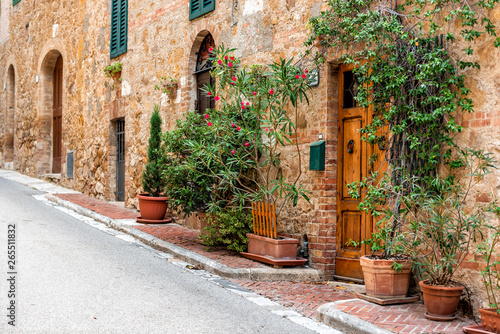 Fototapeten Schmale Gasse San Quirico D'Orcia, Italy Street empty road in small historic medieval town village in Tuscany during summer day stone architecture and garden