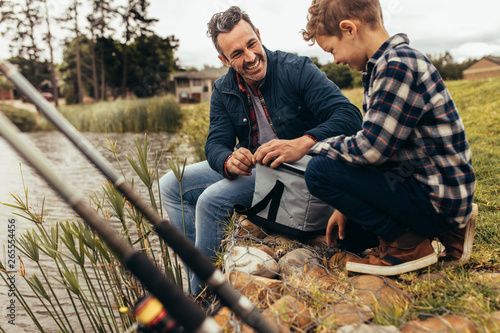 Obraz Father and son on a leisure trip to the lake - fototapety do salonu