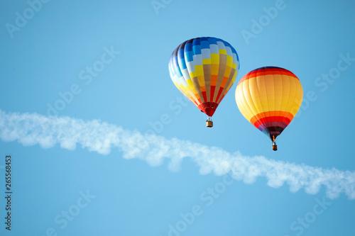 dwa-balonow-na-ogrzane-powietrze-na-niebie