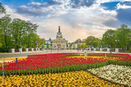 Obraz Ogród kwiatowy na rondzie przed Pałacem Branickich w Białymstoku - fototapety do salonu