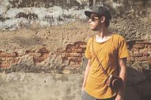 Junger Mann In Sommer-Outfit Vor Alter Steinwand