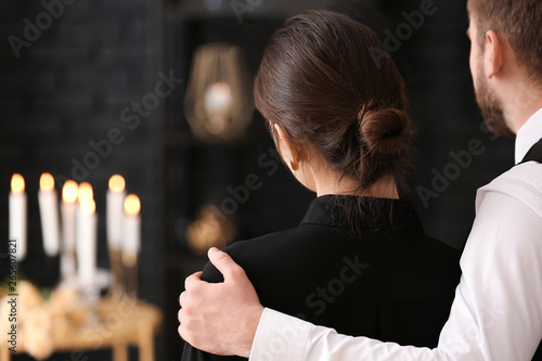 Canvas Print Couple pining after their relative at funeral