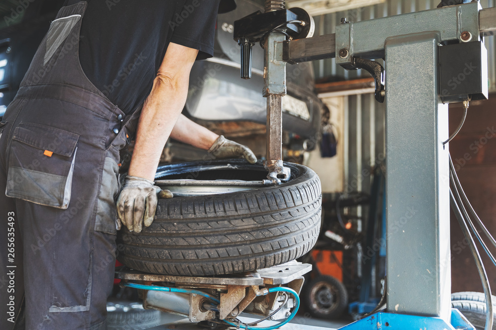 Fototapety, obrazy: car tire change and repair service