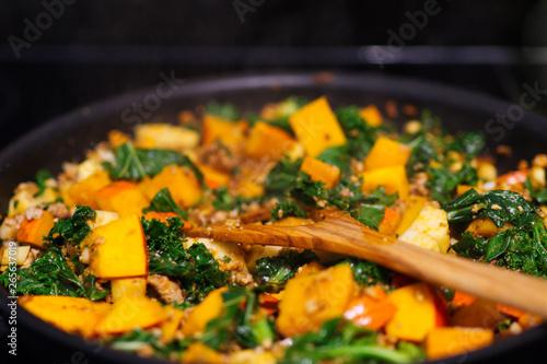 Fototapeta  Vegane Gemüsepfanne mit Grünkohl, Kürbis, Sojahackfleisch und Pastinaken