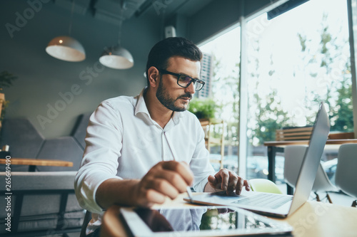Fotografía  Attractive man working in cafe