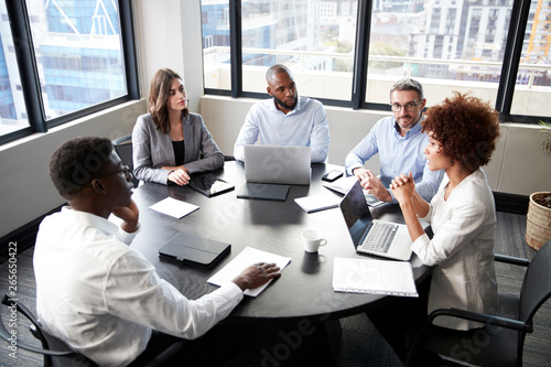 Foto  Elevated view of corporate business colleagues talking in a meeting room