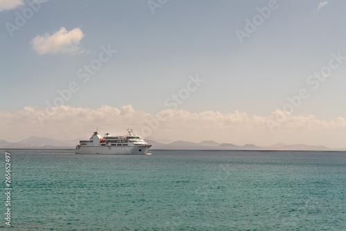 Foto op Canvas Schipbreuk Cruise ship in the sea