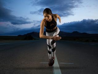 Panel Szklany Podświetlane Bieganie Woman sprinter leaving starting on road