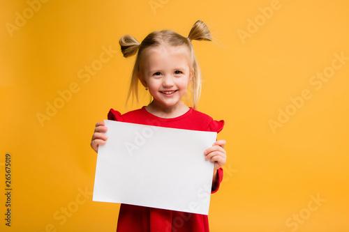 Fotografiet  baby girl holding white sheet