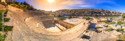 Photo View of the Roman Theater and the city of Amman, Jordan