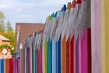 Fototapeta Tęcza - Płot w kształcie kolorowych kredek