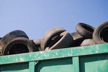 """O """"X"""" Marca O Local - Pneus Velhos Dentro De Um Contentor Para Reciclar"""