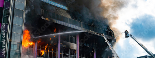 Photo sur Aluminium Feu, Flamme Burning building in thick toxic smoke