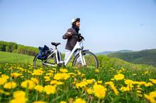 Fahrradfahrerin Schiebt Ihr E Bike Durch Frühlingswiese Mit Blühendem Löwenzahn
