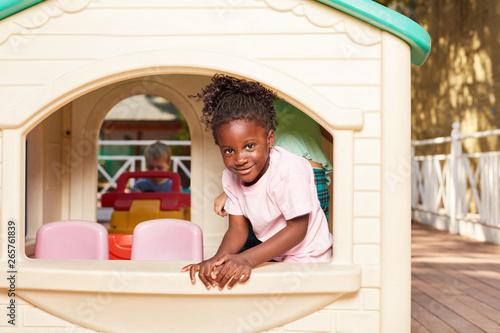Poster de jardin Pain Afrikanisches Mädchen in einem Spielhaus