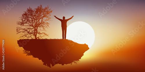 Cuadros en Lienzo Concept du rêve et de l'imagination avec un homme savourant sa liberté, en voyageant seul sur une île déserte qui vole dans les airs face au soleil