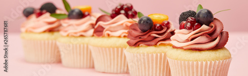 Canvas Print panoramic shot of sweet cupcakes with berries and fruits on pink surface