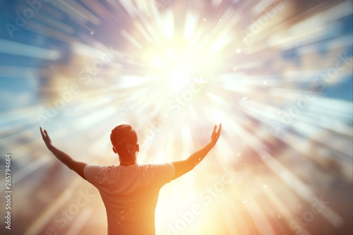 A man spreads his arms wide, the silhouette of a man against the backdrop of a beautiful sunset Fototapet