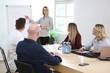 Geschäftsfrau hält einen Vortrag vor einer Gruppe Kollegen