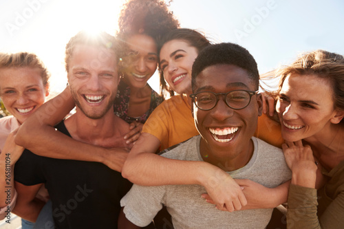 Photographie  Portrait Of Smiling Young Friends Walking Outdoors Together