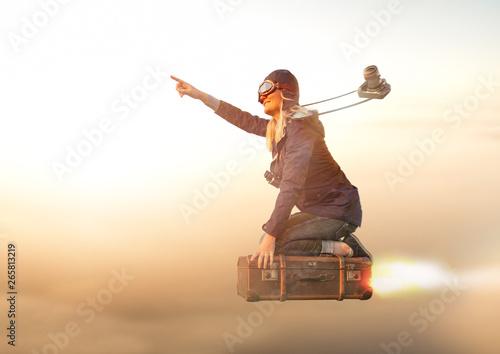 Mutige Entdeckerin fliegt auf Ihrem Koffer Richtung Sonnenaufgang in den Urlaub Canvas-taulu