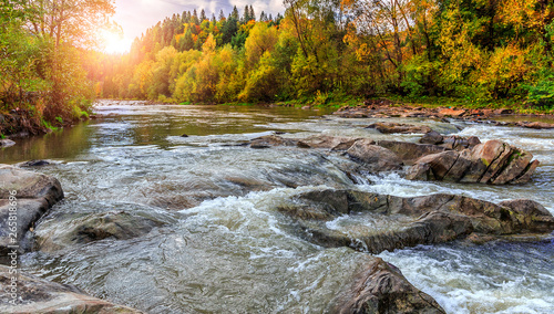 Photo Autumn landscape beautiful colored trees over the mountains river