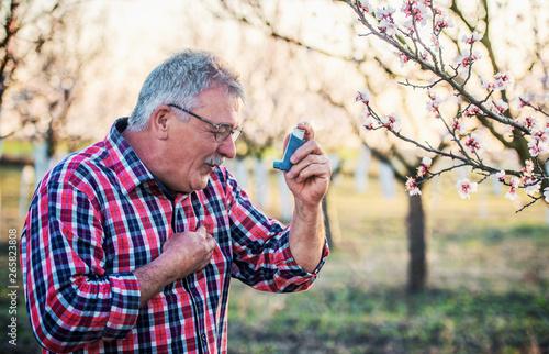 Photo Man using asthma inhaler