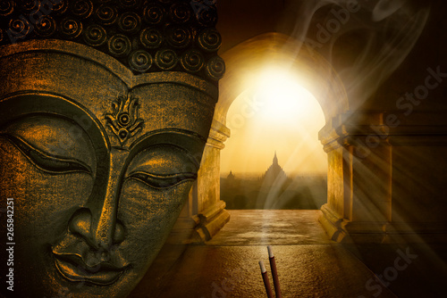 Foto  Buddha face in the temple of Bagan
