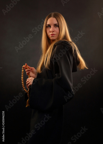 Photo Beautiful girl in medieval monastic robes
