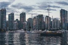 Die Skyline Von Vancouver über Den Hafen Mit Dramatischen WOlken