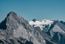 Bergmassiv Mit Schneebedecktem...