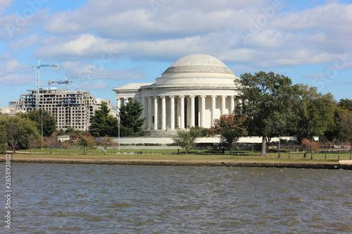 Fotobehang Kersenbloesem Jefferson Memorial exterior view across tidal basin