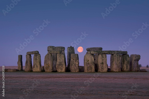 Carta da parati europe; UK, England, Wiltshire, Stonehenge winter moon