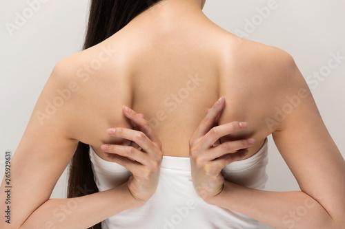 Fototapeta  肩甲骨を触る女性