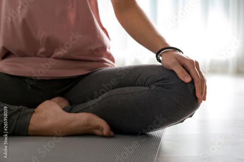 Poster Ecole de Yoga Woman practicing yoga on floor indoors, closeup