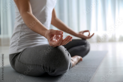 Poster Ecole de Yoga Woman practicing yoga on floor indoors, closeup. Space for text