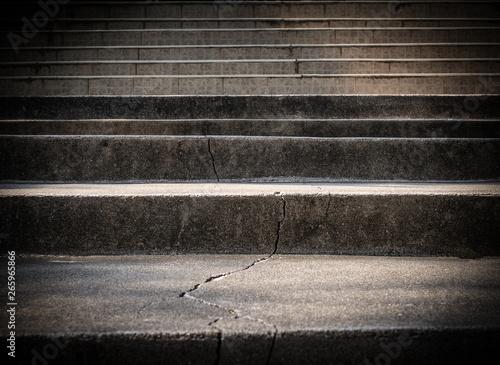 Łamany stary betonowy schody z krakingową tło teksturą