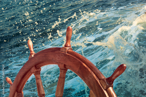 Fotomural Wooden steering wheel at sea background