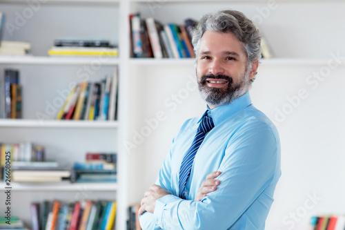 Photo Sympathischer Geschäftsmann mit Bart und grauen Haaren