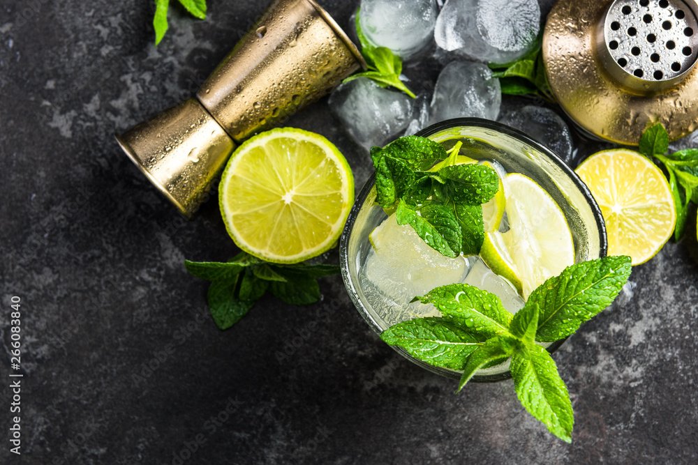 Fototapeta Refreshing authentic cuban Mojito drink