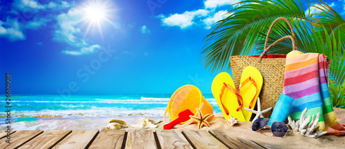 Foto Tropical beach with sunbathing accessories, summer holiday background