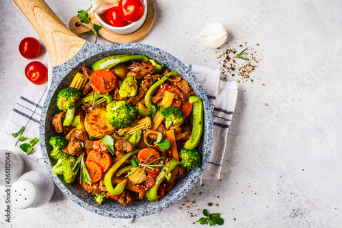 Photo Fried beef stroganoff with potatoes and vegetables in a pan, top view