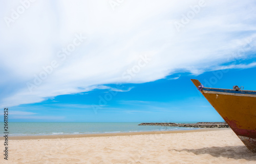 Photo Fishing boats on the beach, sea, summer, fresh sky Used to make travel text webs