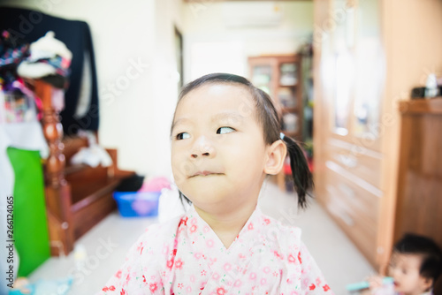 Photo Portrait of Sweet Asian little child with look askance face, confused concept
