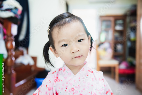 Photo Portrait of Sweet Asian littlle child with look askance face, confused concept