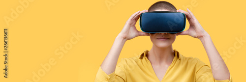 Photo Young woman in her 30s using virtual reality goggles