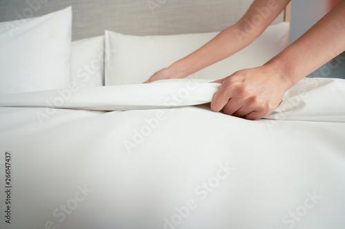 Fototapety, obrazy: Female Hand set up white bed sheet in room hotel