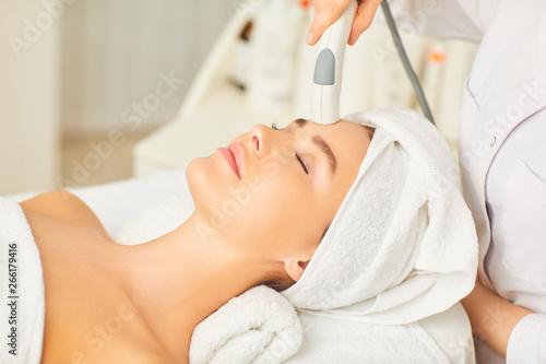 Fotografía  Hardware cosmetology. Cosmetology face procedure.