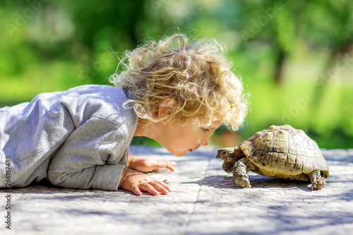 Tuinposter Schildpad lovely boy with turtle