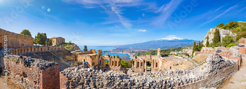 Photo  Panoramic view of ruins of Ancient Greek theatre in Taormina on background of Etna Volcano, Italy